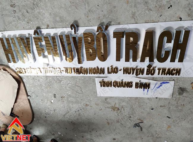 Chu-inox-vang-guong-huyen-uy-bo-trach-2