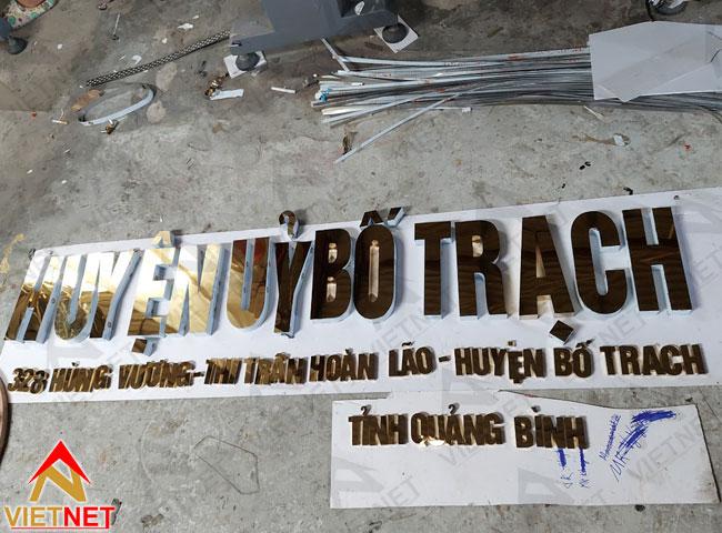 Chu-inox-vang-guong-huyen-uy-bo-trach-3