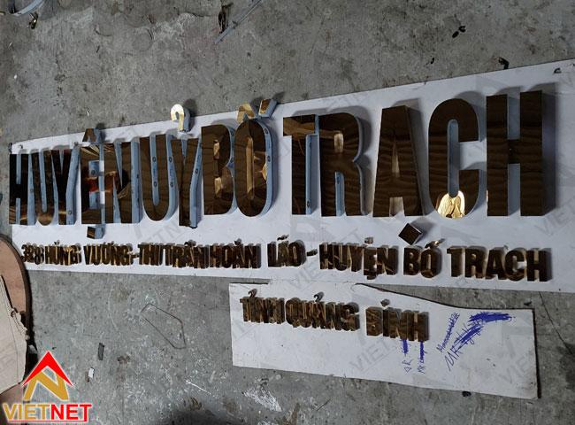 Chu-inox-vang-guong-huyen-uy-bo-trach-4