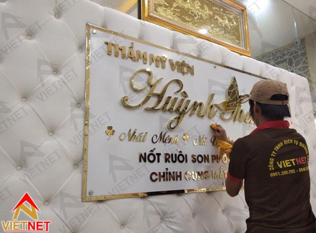 gia-cong-chu-noi-inox-vang-vien-tham-my-huynh-thanh-2