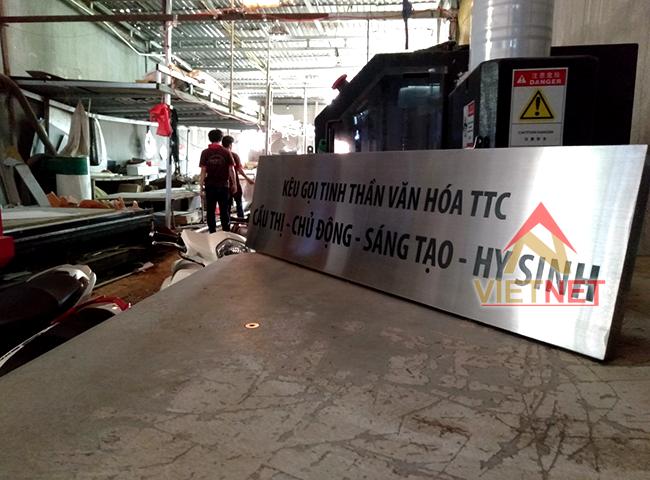 bang slogan an mon kim loai inox trang xuoc