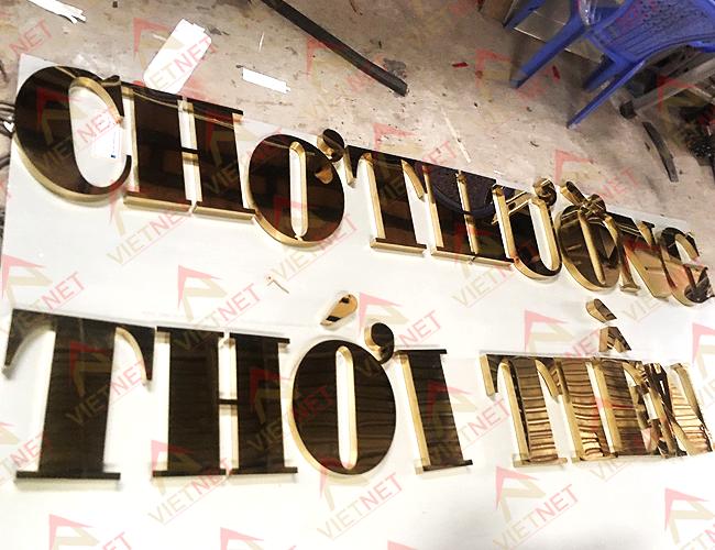 chu-inox-vang-cho-thuong-thoi-tien