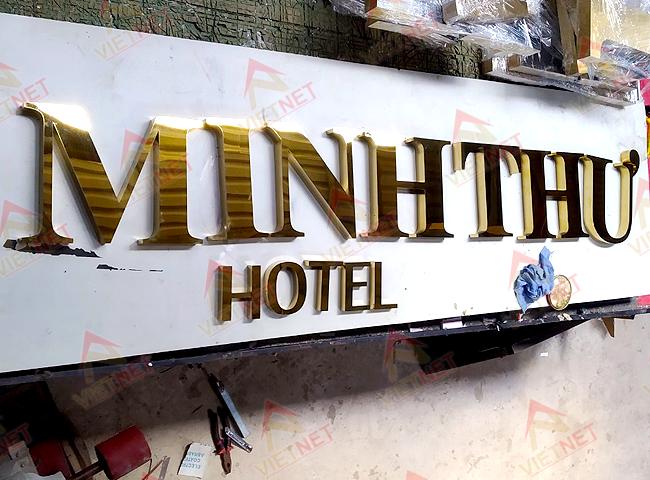 gia-cong-chu-noi-inox-vang-minh-thu-hotel