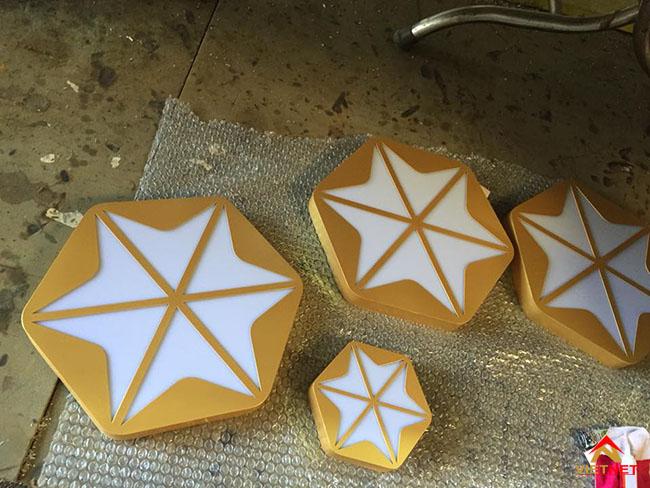 Chữ inox vàng lồng mặt mica sơn nhũ vàng 3