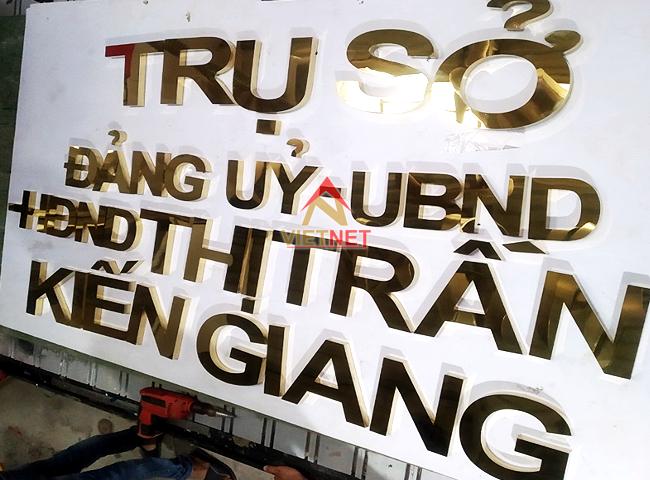 gia-cong-chu-inox-vang-ubnd-thi-tran-kien-giang
