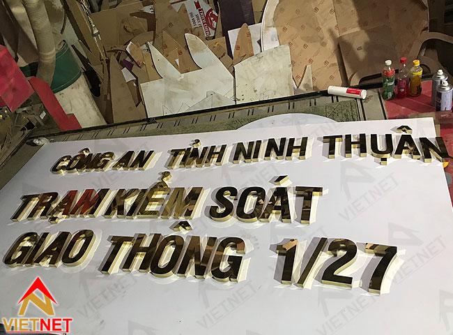 chu-inox-vang-tram-kiem-soat-giao-thong