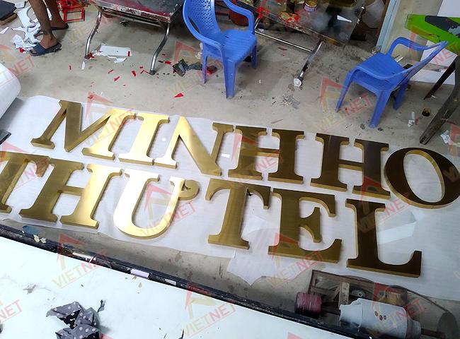 chu-inox-vang-xuoc-minh-thu-hotel