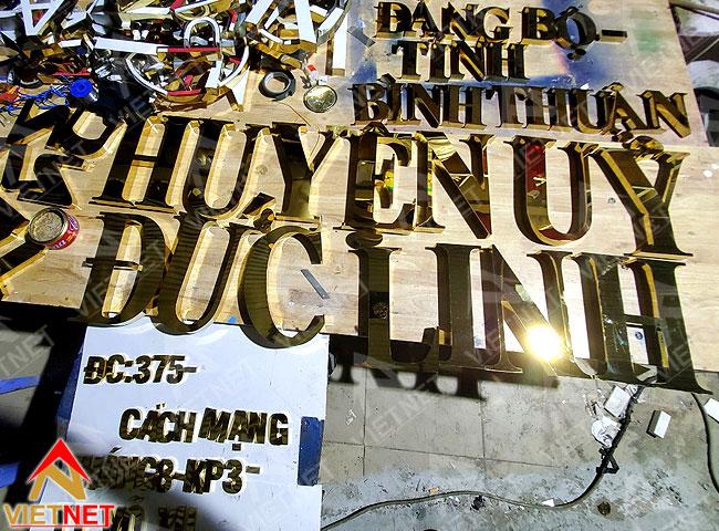 gia-cong-chu-inox-vang-huyen-uy-duc-linh