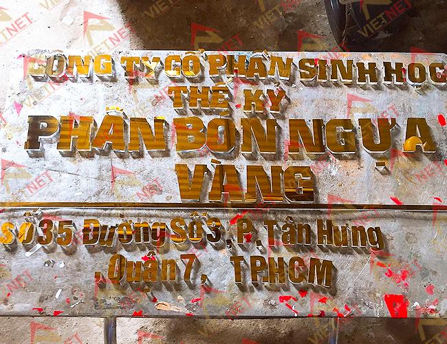 gia-cong-chu-noi-phan-bon-ngua-vang