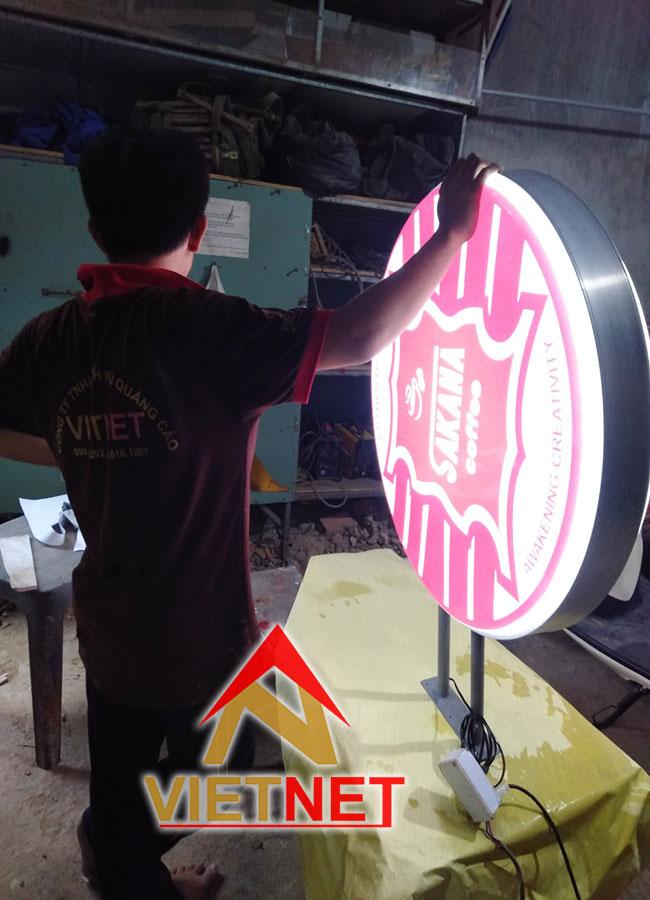 Hộp đèn mica hút nổi Tiệm Cafe Sakana
